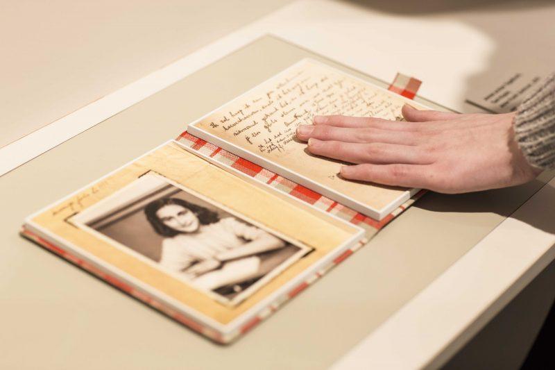 Hände an einem Tastobjekt im Anne Frank Zentrum