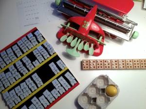 Punktschriftmaschine, Steckbrett, Haftbrett mit Einzelbuchstaben, Eierkarton