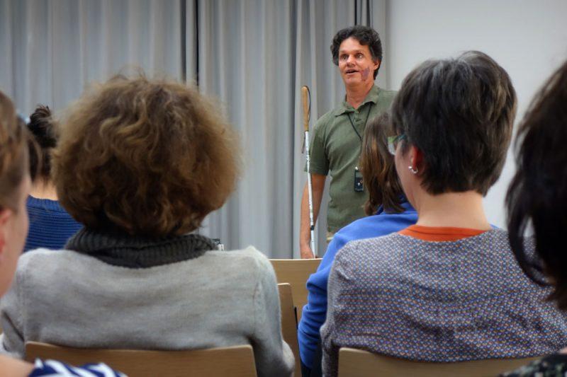 Daniel Kish hält einen Vortrag bei Anderes Sehen