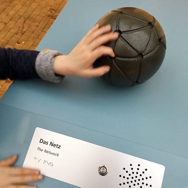 Das Netz taktile Station mit Punktschrift und Audio Button im Deutschen Technik Museum Berlin