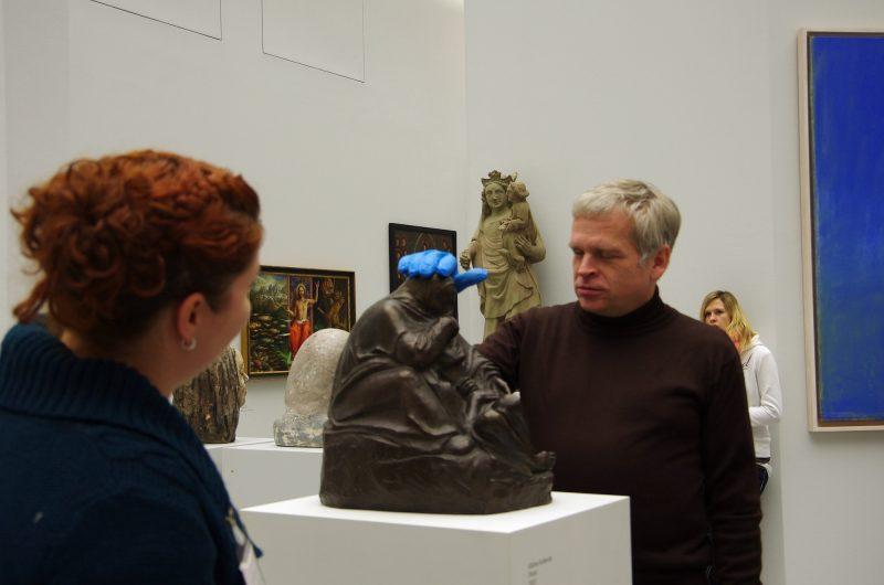 Ertasten der Originalskulptur Kaethe Kollwitz Pieta mit gefühlsechten Handschuhen