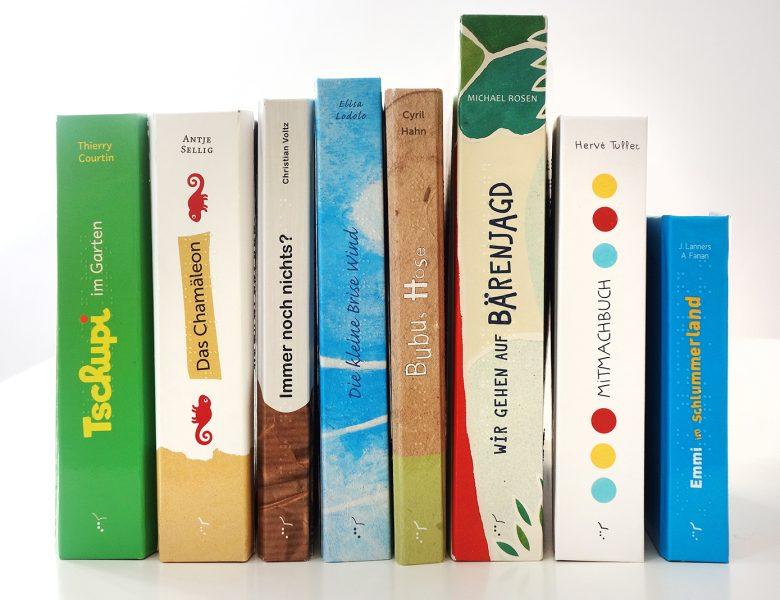 Alle Bücherrücken unserer Bücher nebeneinandergestellt