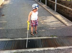 Ein blindes Kind lernt genau wie ein sehendes die Welt kennen und sich selbst zu bewegen wenn es einen Stock hat.