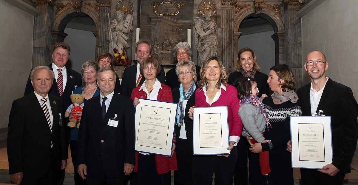 Beim Festakt: Die Stifter mit den Vertretern der drei Preisträger des Kroschke-Förderpreises